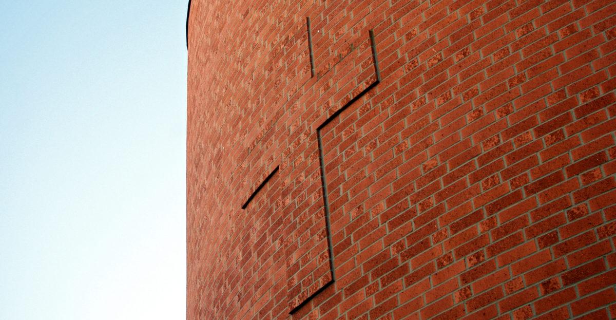 Kreuz an der Fassade der Elia-Kirche