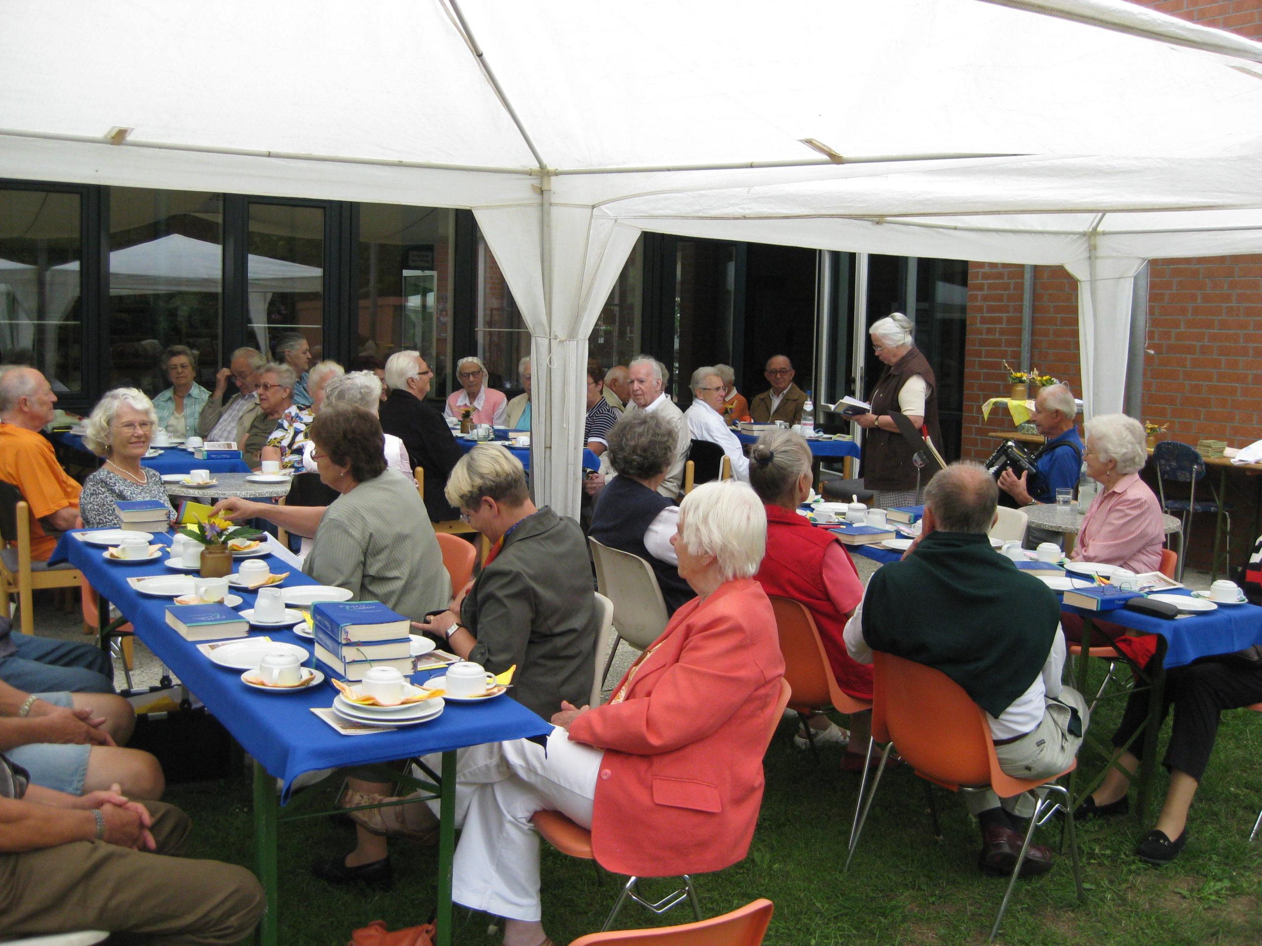Seniorenkreis im Garten