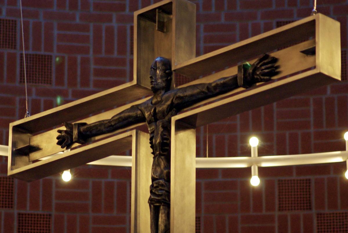 Kreuz über dem Altar